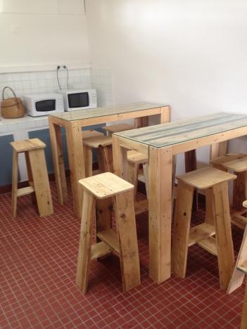 Ecole de la 2ème Chance - Cayenne - CDI Collège Tell Eboué - Saint Laurent Du Maroni - Tables hautes et tabourets en palettes - Guyane