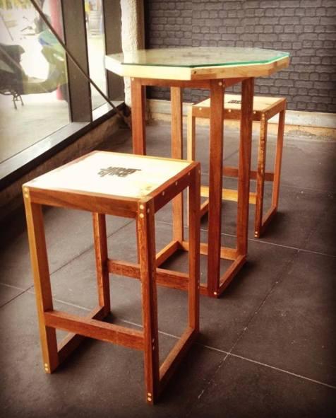 Tables et chaises hautes en bois de palettes et bois de Guyane - Yana Game - Takari Design